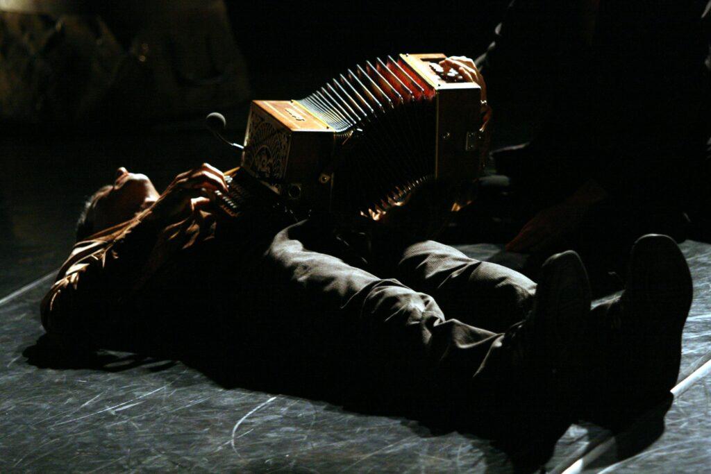 accordéoniste couché